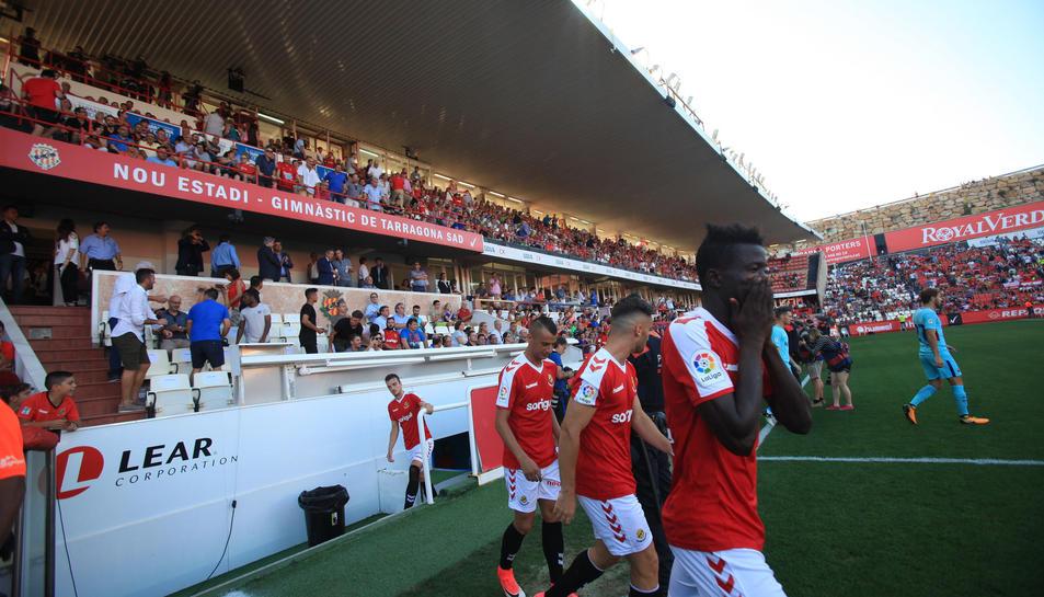 En primer pla, Djetei sorting al camp en el partit contra el Barça disputat el passat divendres al Nou Estadi.