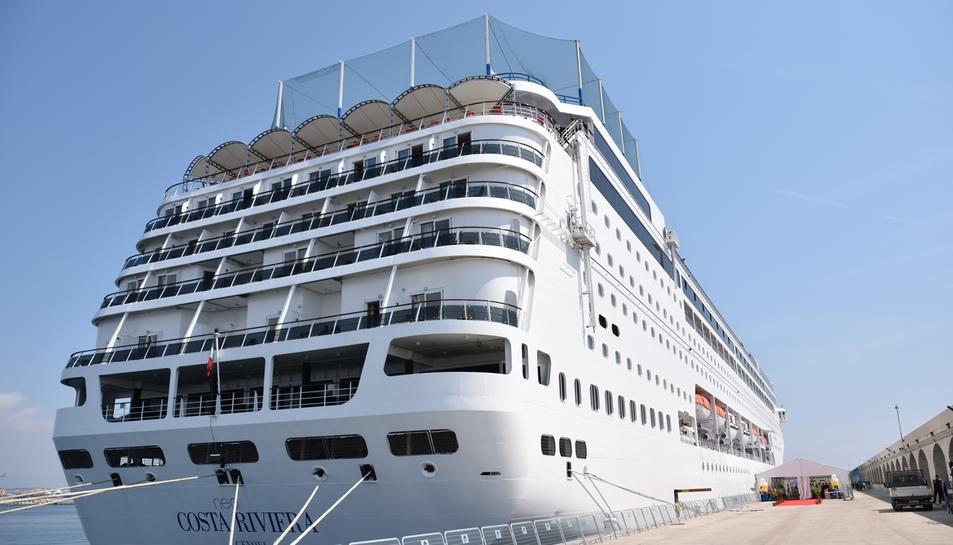 El vaixell Costa NeoRiviera atracat al Port de Tarragona durant l'estiu del 2017