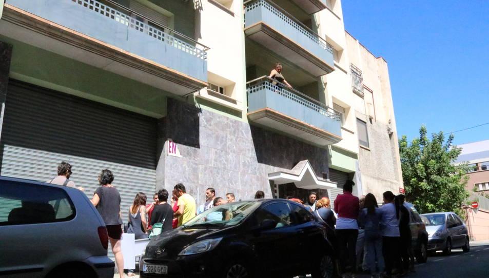 Un dels blocs ocupats amb nombrosos membres de les famílies gitanes ocupes concentrats baix al carrer.