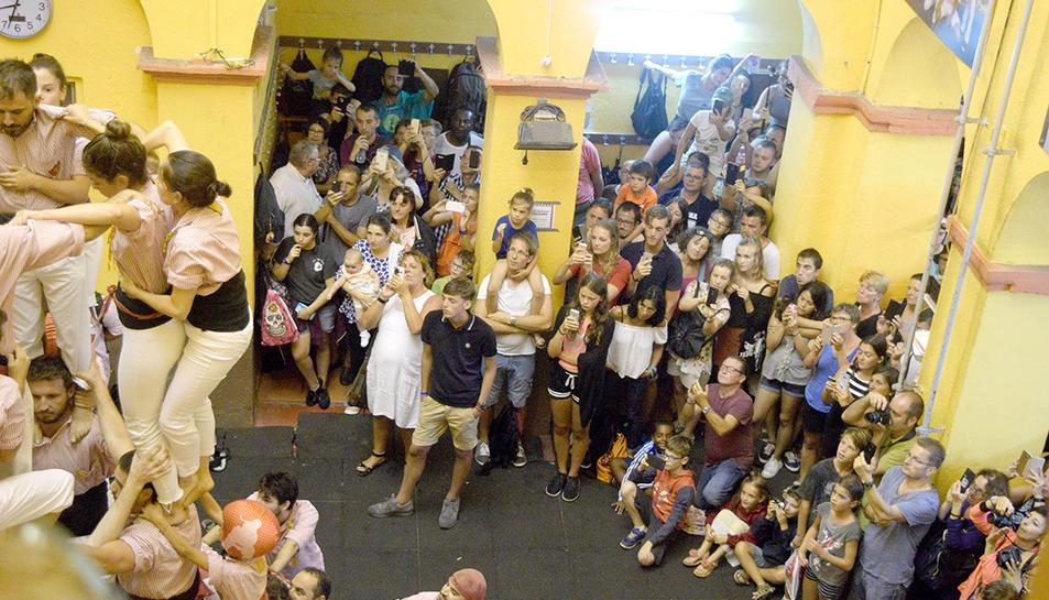 LA pluja va obligar a fer l'exhibició 'turística' al local dels Xiquets.
