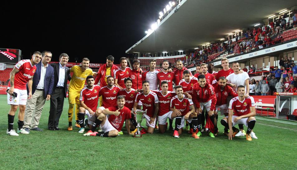 Els jugadors del Nàstic celebrant la victòria davant del Zaragoza que els va donar el trofeu Ciutat de Tarragona.