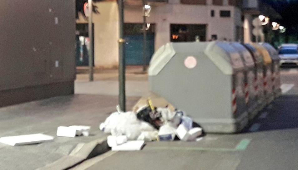 L'usuari de Twitter, Joan Boronat, va dedicar-se, durant una hora, a comprovar l'estat dels contenidors a diverses zones de la ciutat.