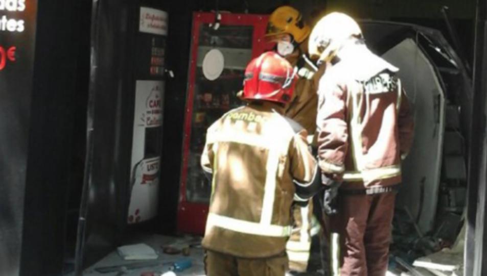 Els Bombers al local on hi ha hagut l'explosió.