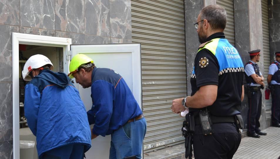 Els operaris duent a terme, de nou, el tall a les connexions il·legals al subministrament.