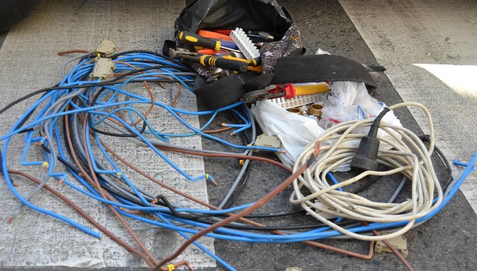 El material elèctric amb el qual els ocupants il·legals han fet les connexions, i que es posarà a disposició judicial.