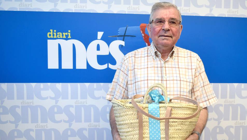 Manuel Val amb la cistella a la redacció de Diari Més.