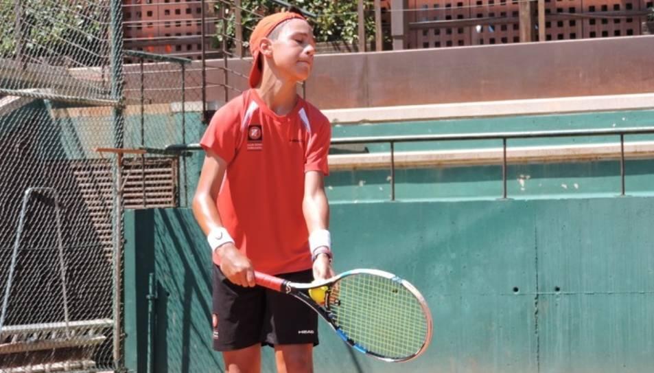 Un dels tennistes a punt de realitzar un servei durant el partit.