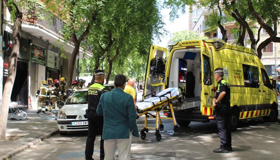 Una ambulància del SEM a la zona de l'explosió.