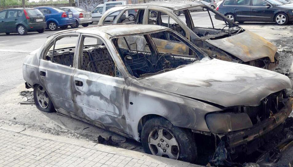 Estat en què van quedar els dos vehucles afectats pel foc.