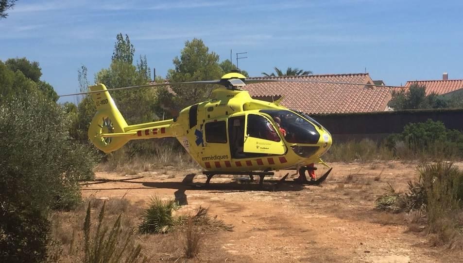 Pla general de l'helicòpter del SEM que ha intervingut en l'ofegament d'un nen de tres anys en una piscina de l'Ametlla de Mar, el 13 d'agost del 2017