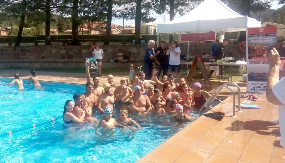 Alguns dels participants a les 24 horesde natació solidària a Prades.