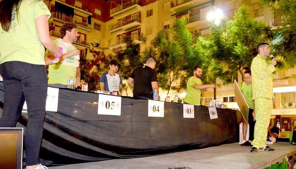 Els concursants havien de menjar el màxim de 'hot dogs' possible en cinc minuts
