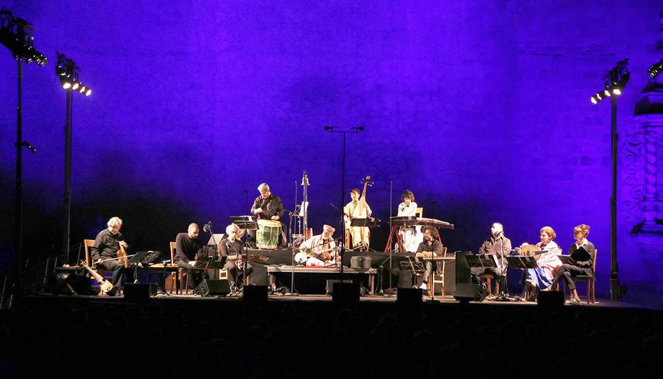 Imatgel del primer concert del V Festival de Música Antiga de Poblet, sota la direcció artística de Jordi Savall, a la plaça de l'Església del monestir.