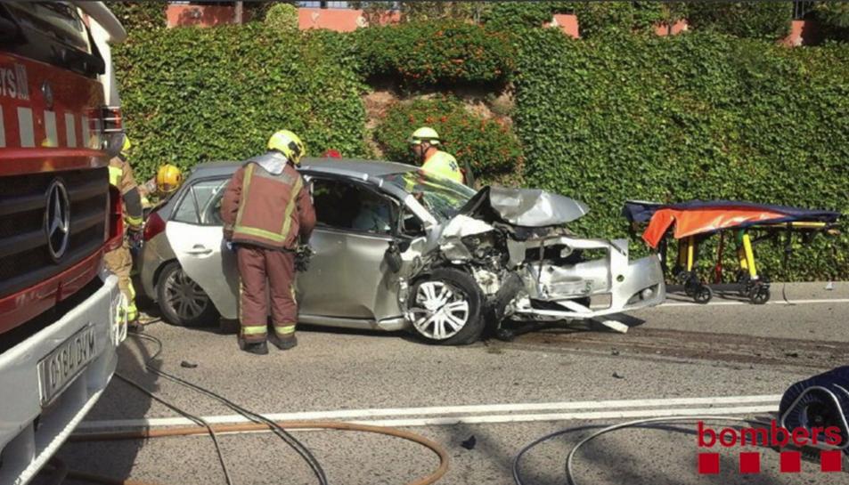 Imatge de l'estat en què ha quedat un dels dos vehicles implicats en l'accident.