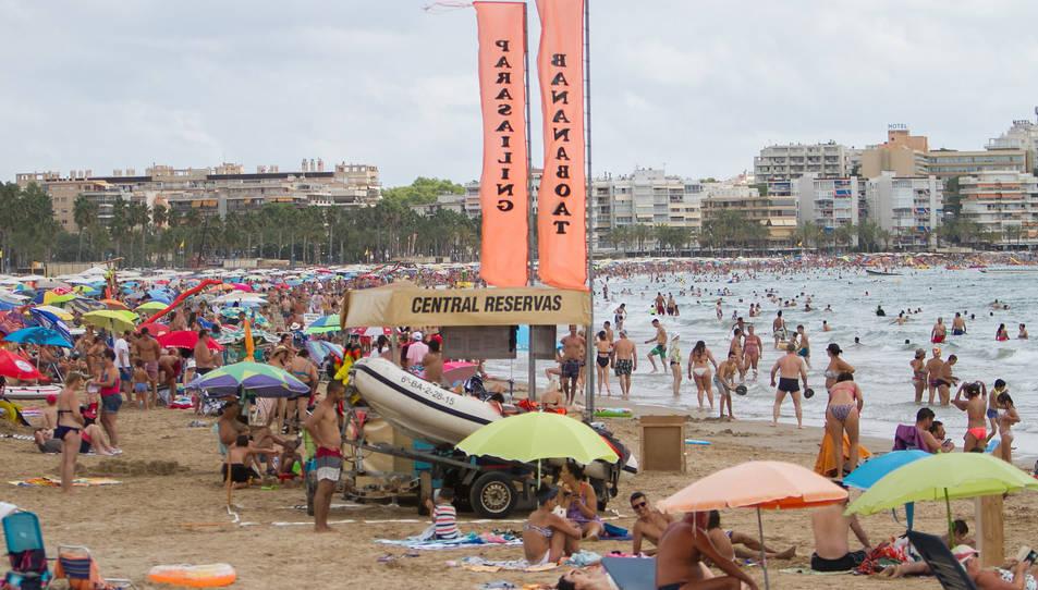 Aquesta és la imatge que presentava dimarts la platja de Llevant de Salou, plena de gom a gom, a la sorra i a l'aigua.