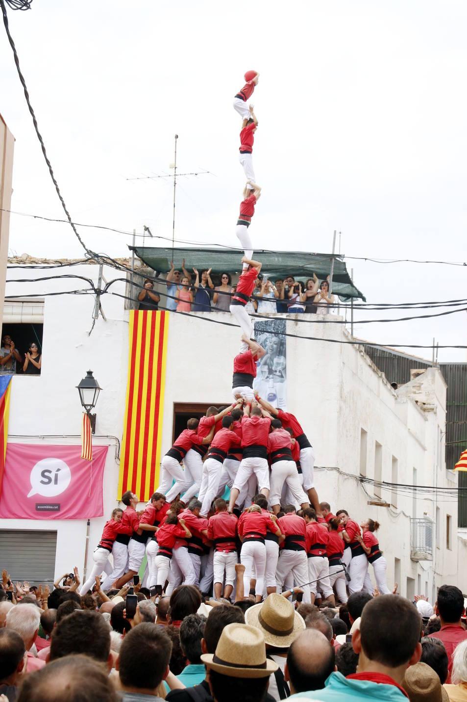 Pilar de 8 amb folre i manilles carregat per la Colla Joves Xiquets de Valls a la Bisbal del Penedès.