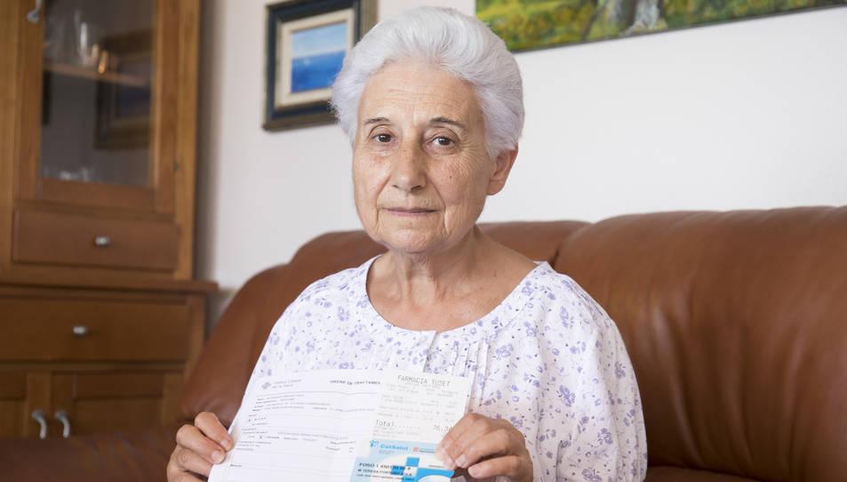 Fortuny, al sofà de casa seva, amb la carta, la recepta i el rebut del pagament de la vacuna.