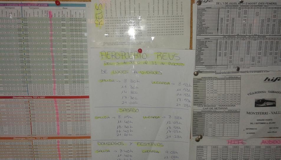 Cartell col·locat en un planell de l'Estació d'Autobusos, escrit a mà i que informa dels horaris de les unitats que van a l'aeroport.