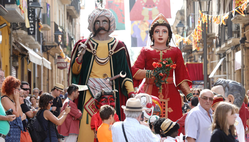 Els Gegants, durant l'anada a l'ofici que es va celebrar ahir a l'església de Sant Francesc.