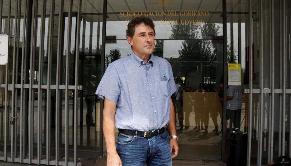Pla obert de l'alcalde de Batea, Joaquim Paladella, sortint de la subdelegació del govern espanyol a Tarragona, on s'ha reunit amb el subdelegat. Imatge del 16 d'agost del 2017