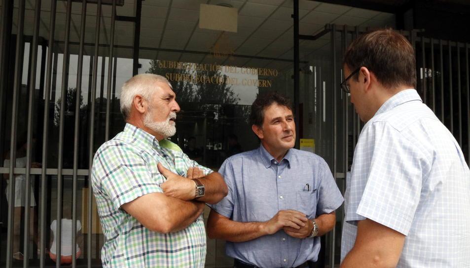Pla obert de l'alcalde de Batea, Joaquim Paladella (centre), conversant davant la subdelegació del govern espanyol a Tarragona després de reunir-se amb el subdelegat. Imatge del 16 d'agost del 2017