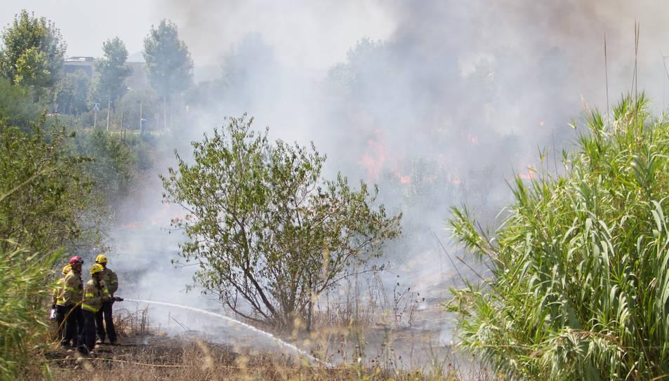 Bombers apagant les flames.