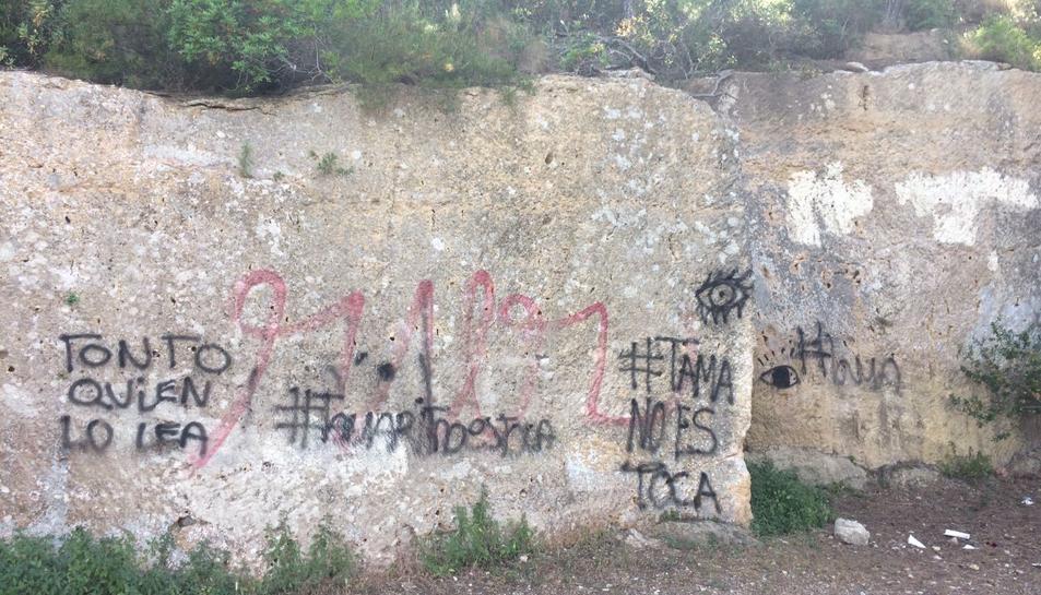 Estat en què es troba la pedrera medieval de Tamarit, plena de grafittis.