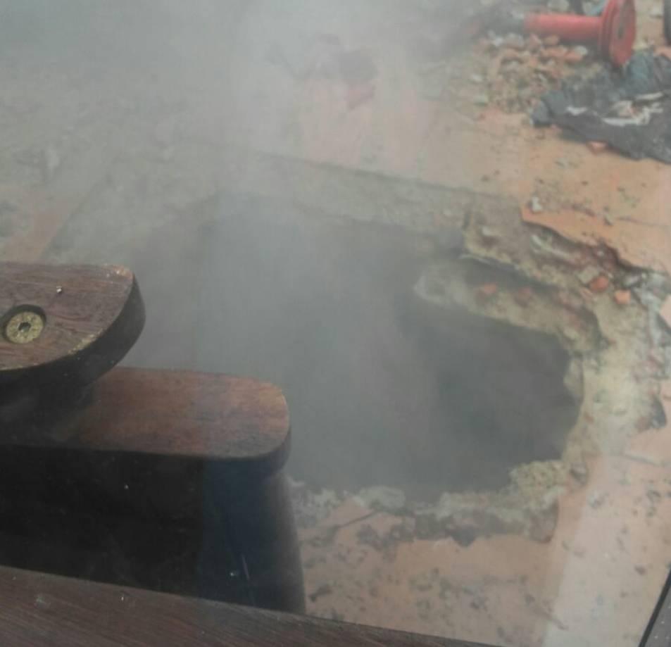 Imatge l'octubre del 2016, on el fum surt per un forat fet al terra.