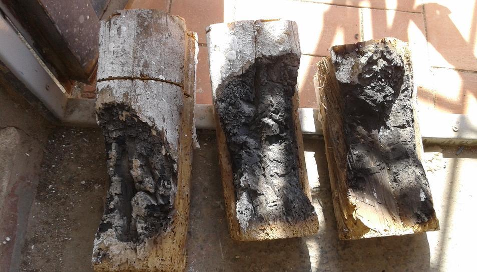 Tres trossets de la biga que va entrar en combustió.