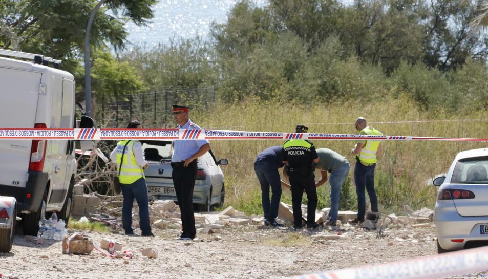 Els Mossos d'Esquadra investiguen 'in situ' les causes de l'explosió d'un habitatge d'Alcanar. Pla general del 17 d'agost del 2017. (Horitzomtal)