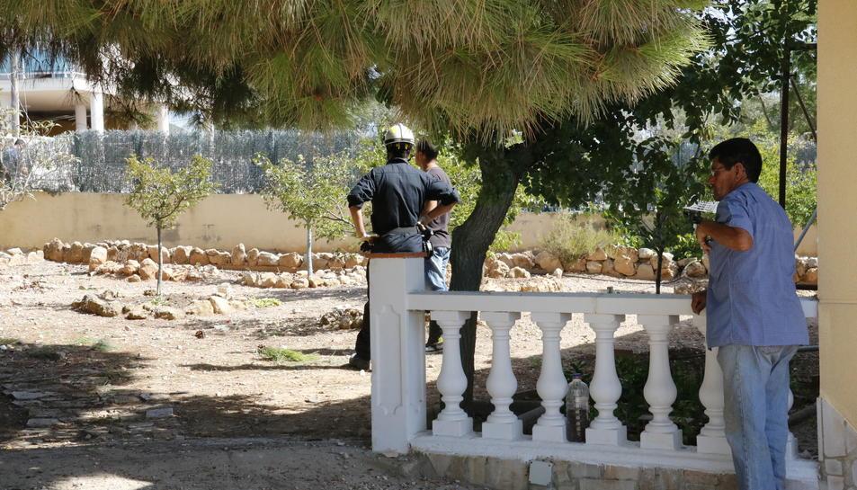 Zona acordonada on s'ha produït l'explosió a Alcanar. Pla general amb efectius dels Mossos inspeccionant la zona del 17 d'agost del 2017