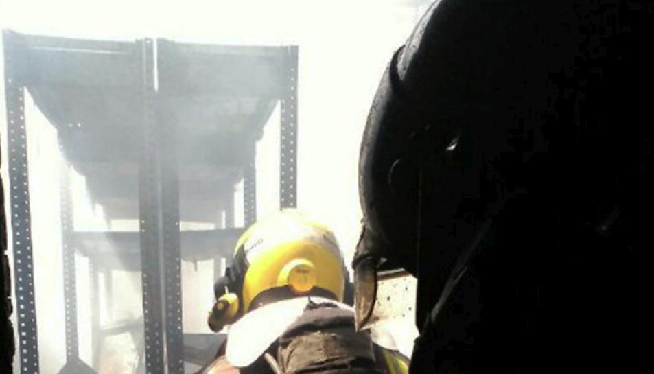 Sis dotacions de Bombers treballen en l'extinció de l'incendi.