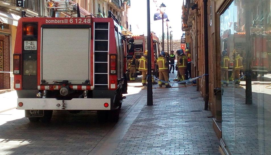 Cinc dotacions de Bombers treballen en les tasques de ventilació pel fum.