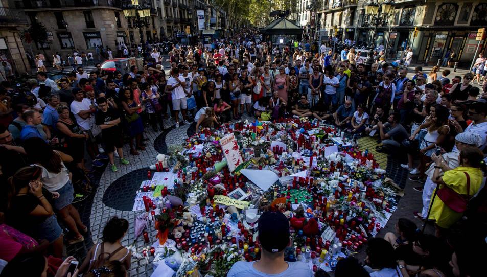Una multitud s'agrupa i dóna suport a les víctimes i familiars de l'atropellament a Les Rambles de Barcelona.