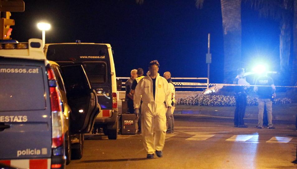 Pla obert d'un agent de la policia científica dels Mossos caminant des de l'encreuament de la Rambla Jaume I de Cambrils i el passeig marítim, el 18 d'agost del 2017