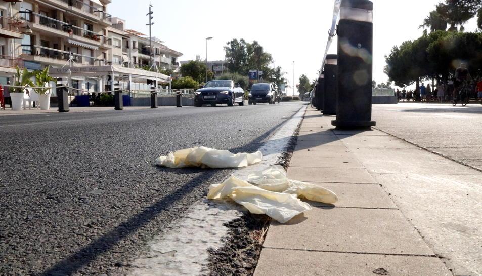 Restes de guants a la zona del passeig marítim de Cambrils on la policia va abatre els terroristes.