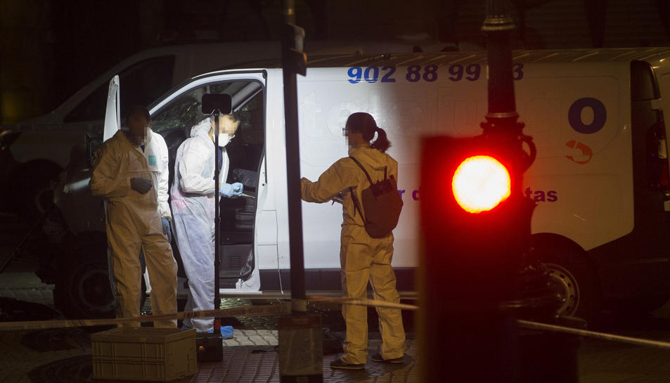La policia científica treballant ahir amb la furgoneta de l'atemptat de les Rambles de Barcelona