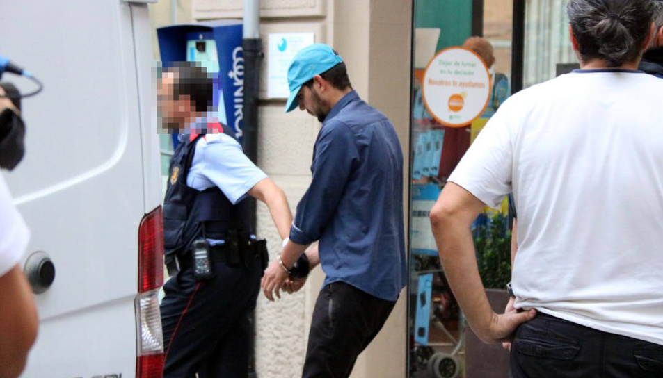 El moment en què s'ha emportat el tercer detingut de Ripoll després de l'escorcoll.
