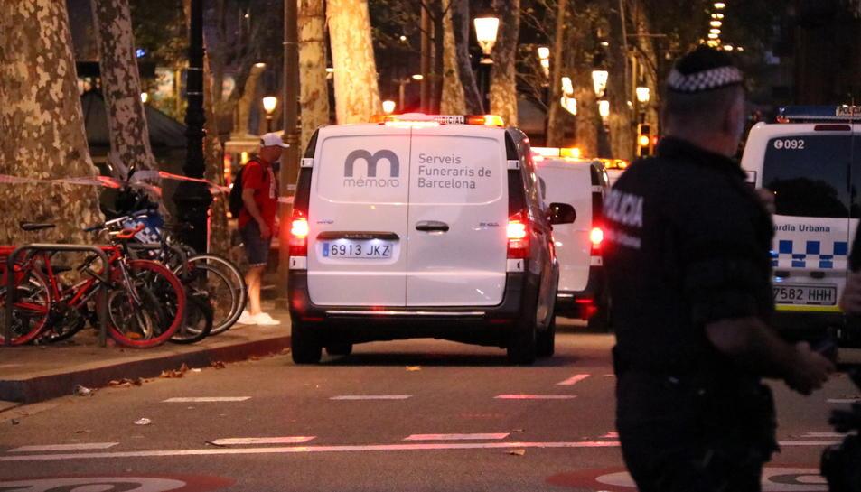 Els vehicles dels serveis funeraris arribant a les Rambles de Barcelona, ahir.
