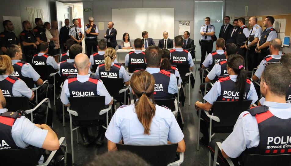 Pla obert dels agents dels Mossos d'Esquadra en servei la nit de l'atemptat a Cambrils, d'esquenes, i el president Puigdemont davant.