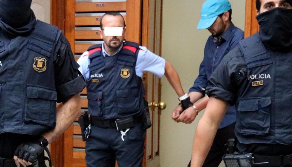 El tercer detingut a Ripoll en el marc de la investigació pels atemptats territoristes, sortint de l'edifici de la plaça Gran aquest 18 d'agost del 2017