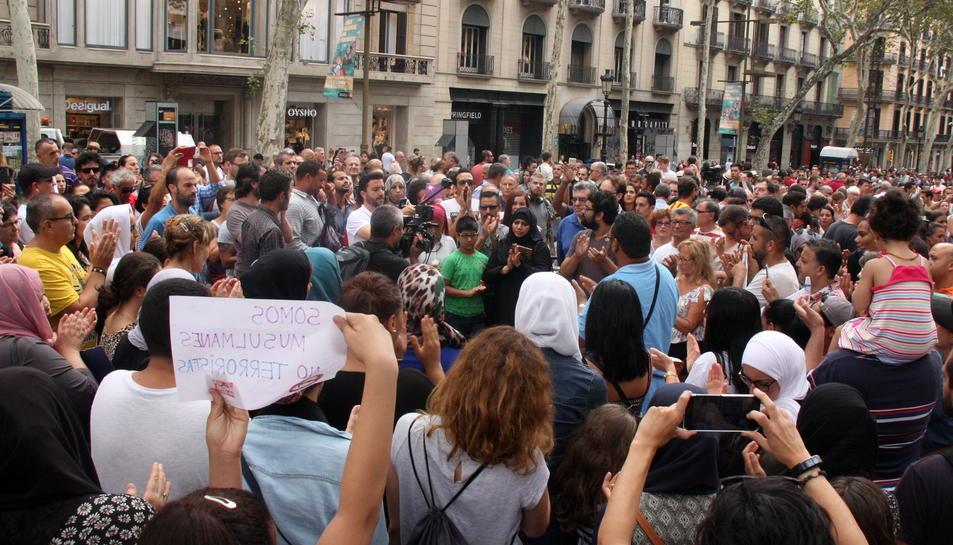 Desenes de musulmans van manifestar-se a Barcelona condemnant els atacs.