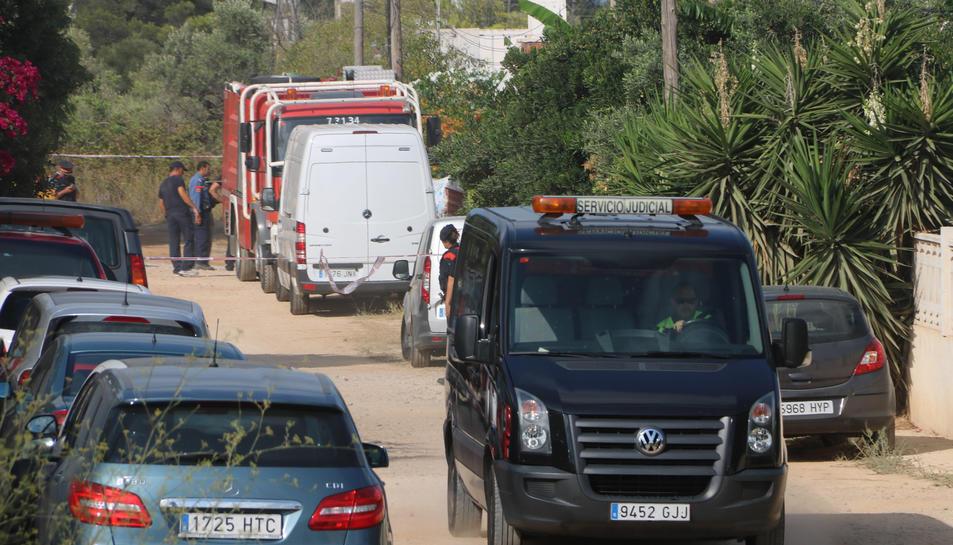Una furgoneta funerària judicial marxa de la zona de la finca d'Alcanar Platja. Imatge del 20/08/2017