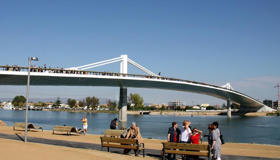 Deltebre està connectat amb els dos marges del riu mitjançant un pont.