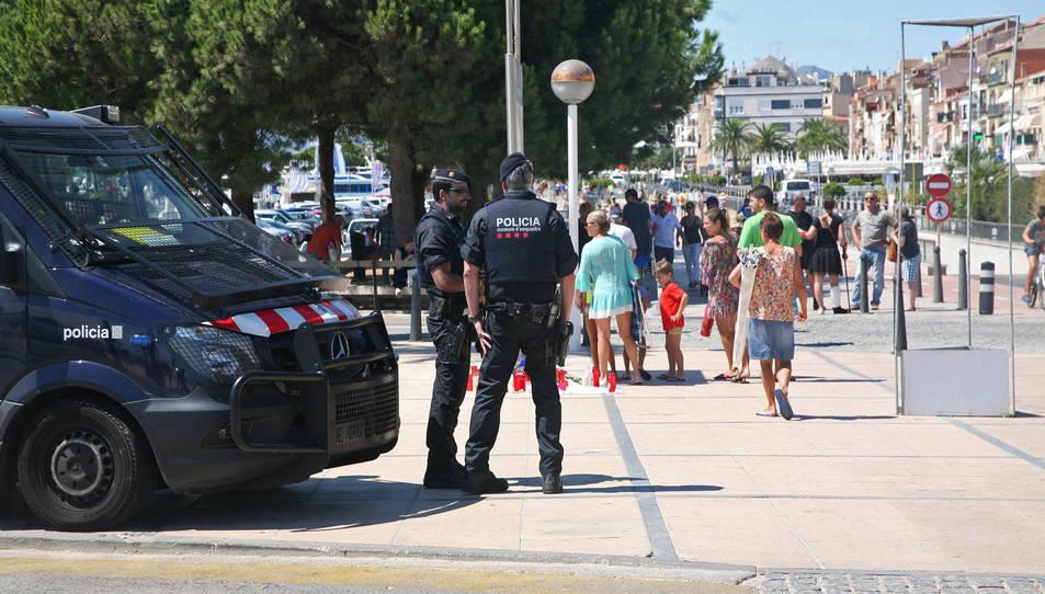 Un dispositiu policial a Cambrils, just al punt on divendres a la matinada la veïna de Saragossa va morir.