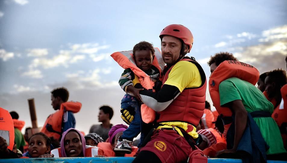 Guillermo Cañardo durant un rescat a les aigües del mar Mediterrani, on coopera des de fa més d'un any.