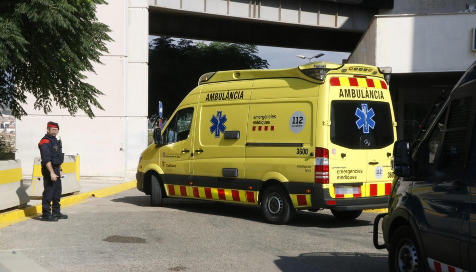 Pla general de l'ambulància que ha traslladat Mohamed Houli Chemlal, sortint de l'hospital de Tortosa en direcció a Barcelona, el 21 d'agost del 2017