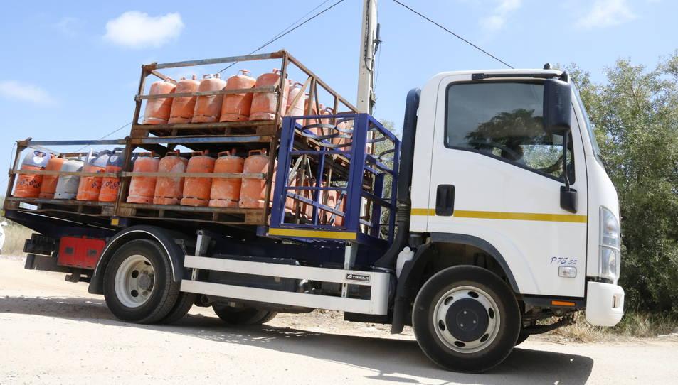 El camió carregat amb més d'un centenar de bombones de butà sortint de la urbanització Montecarlo, aquest 21 d'agost de 2017