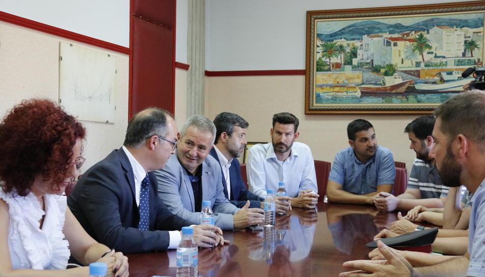 Pla tancat del mut de la reunió del conseller de Presidència, Jordi Turull, amb l'Ajuntament d'Alcanar i cossos d'emergències, aquest 21 d'agost de 2017