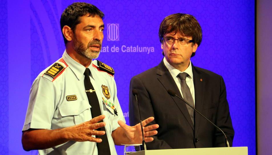 El president de la Generalitat, Carles Puigdemont, i el major dels Mossos d'Esquadra, Josep Lluís Trapero, durant la roda de premsa de dilluns a la tarda.